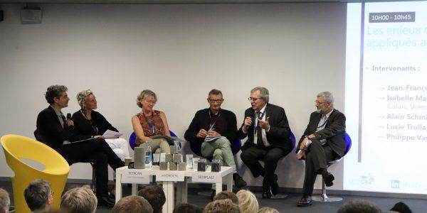 """Table-ronde """"Les enjeux de l'économie circulaire appliqués aux sédiments"""". de gauche à droite : Lucie Trulla (UPF), Isabelle Matykowski (VNF), Jean-François Caron (CD2E), Philippe Vasseur (mission rev3), Alain Schmitt (IMT Lille-Douai)"""