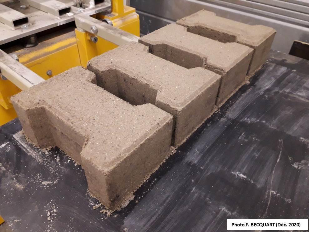 blocs de béton avec des sédiments